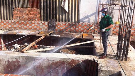 Ảnh:  Xử lý phòng mối nền móng cho công trình xây dựng